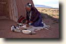 Monument Valley : Navajo Frau mahlt Mais